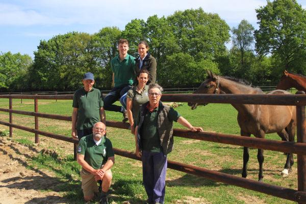 Het team van de paardenkliniek, inclusief ondersteunende hulp